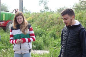 2 jonge Roemeense ondernemers met melkvee en kaasverwerking