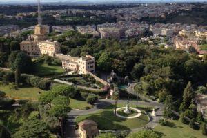 Vanaf de koepel van de St. Pieter blik op de tuinen van het Vaticaan