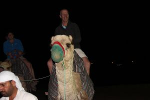 Kameel rijden tijdens de desertsafari